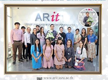 ผู้อำนวยการสำนักวิทยบริการและเทคโนโลยีสารสนเทศ มอบดอกไม้แสดงความยินดีแก่ อาจารย์อภิสิทธิ์ รัตนาตรานุรักษ์ ที่ได้รับการแต่งตั้งให้ดำรงตำแหน่ง